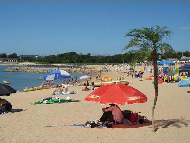 【写真を見る】「芥屋海水浴場」の青く澄んだ海辺には多くの海水浴客が集う