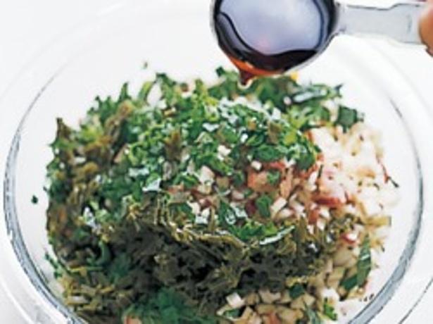 刻んだ野菜、昆布、めんつゆを混ぜるだけ。野菜はあるものでよいが、きゅうり、なす、オクラはぜひ入れて。