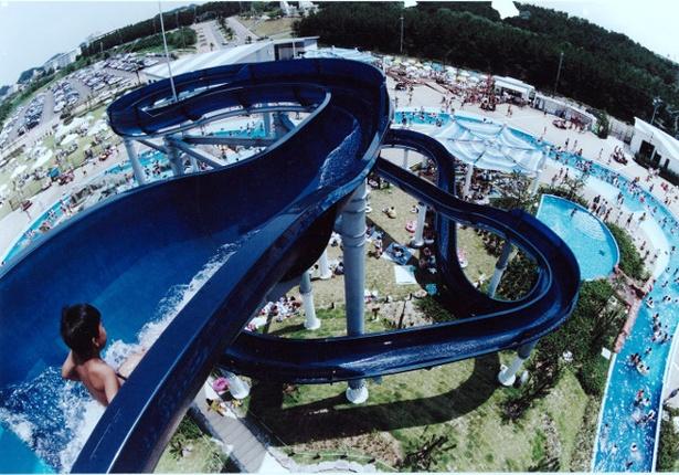 「芦屋海浜公園 レジャープールアクアシアン 」のウォータースライダー(1回100円)。高低差が14mもあり迫力十分!