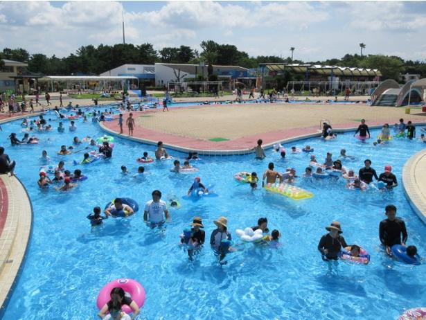 「海の中道海浜公園 サンシャインプール」の流水プールは西日本最大規模。まるで自然の川のような流れに身をまかせよう