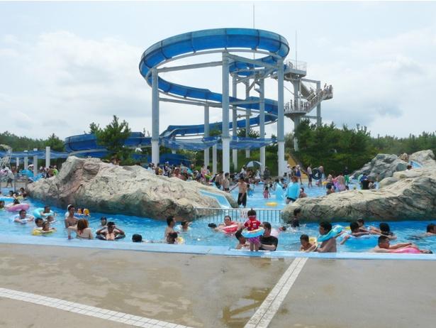 芦屋海水浴場に隣接する「芦屋海浜公園 レジャープールアクアシアン 」。専用入口からプールと海を行き来できる