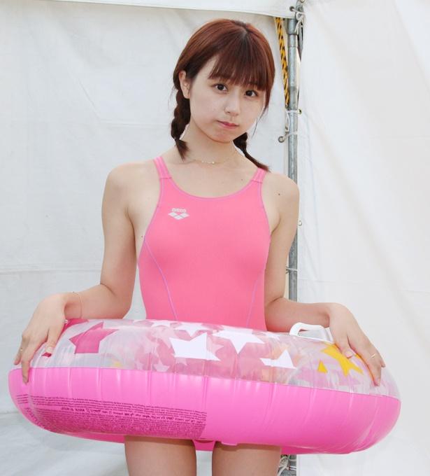ミニスカート姿の栗田恵美さん