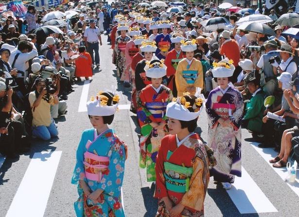 【写真を見る】街中を練り歩く豪華絢爛な花嫁行列は圧巻