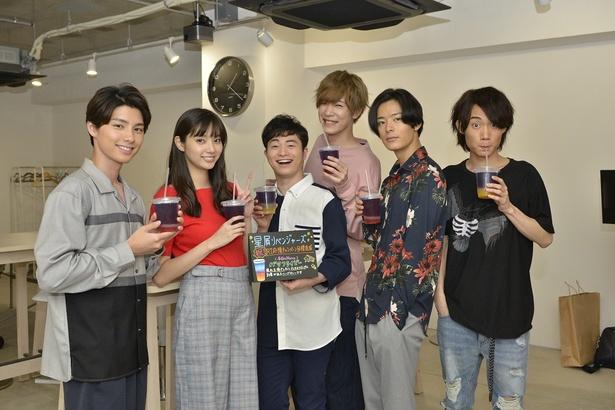 差し入れの幻想的な青い色のハーブティーに大喜びする新川優愛(写真左から2番目)ら