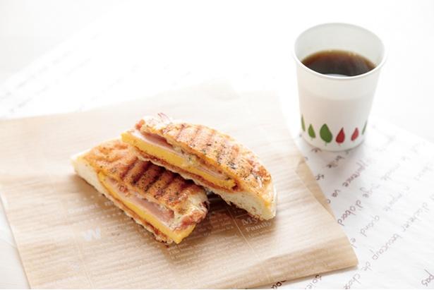 「小麦工房 Panaché 三苫店」の注文後約5分で焼きたてを提供する「パニーニ」(216円)。無料のコーヒーともよく合う