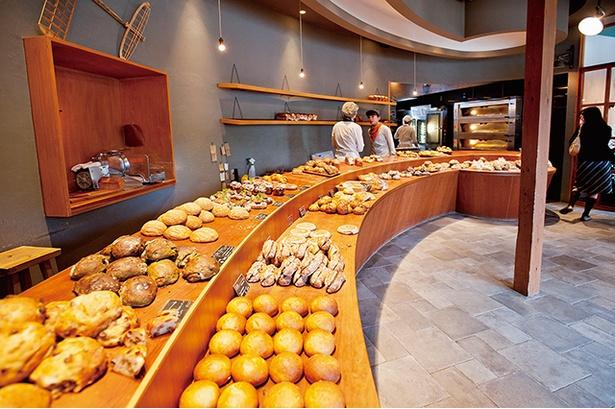 【写真を見る】行列のできる人気店「Boulangerie pain stock」。パンが多くそろう時間は10:00~13:00だが、売り切れると早めに閉店するので注意を