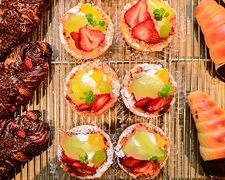 「小麦工房 Panaché 三苫店」では、チーズタルト地に旬の果物をのせた「フルーツバスケット」(248円)など甘味も充実