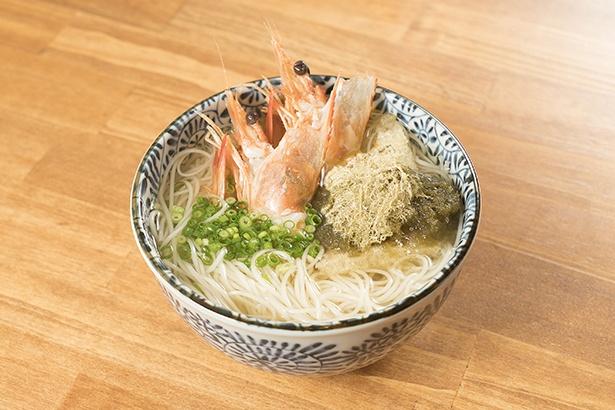 ぷりっとした食感と甘みが特徴の海老を使う「海老にゅうめん」(900円)