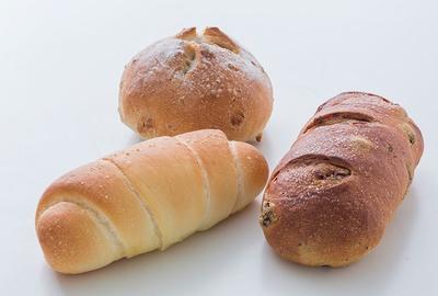 新作自家製パン。手前右から時計まわりにレーズンパン(200円)、塩パン(150円)、クルミパン(250円)