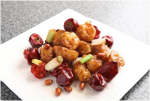 【写真を見る】エビのうま味と食感に香辛料の刺激が絶妙にマッチ! 本場の四川料理のおいしさを知るメニューが揃う