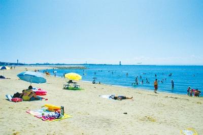人工海浜としては東海地区最大級の大きさ。水平線に沈むサンセットも必見!