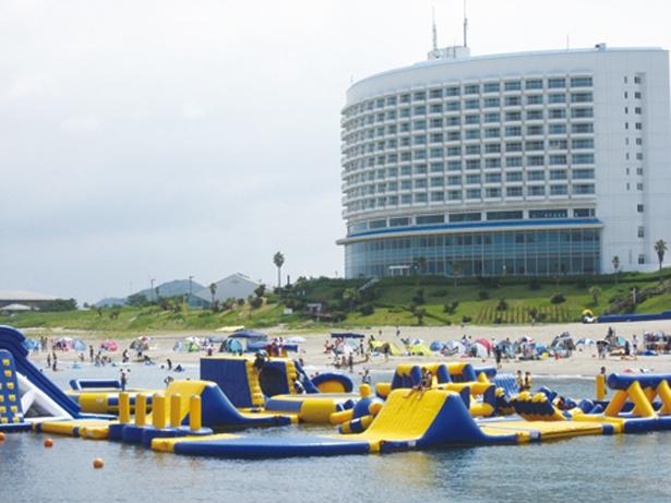 トランポリンやシーソーなど大小さまざまな遊具が海上に浮かぶウォーターパーク