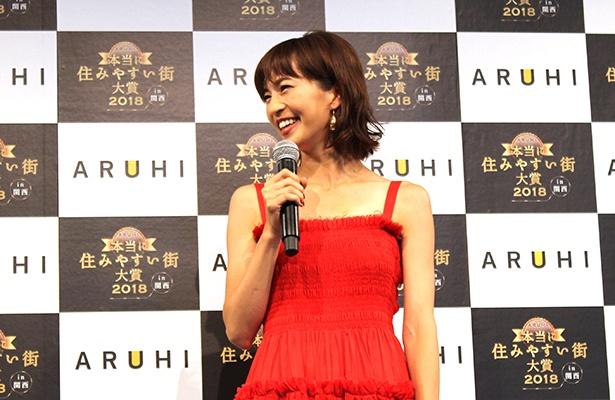 鮮やかな赤いワンピースで登場した安田美沙子