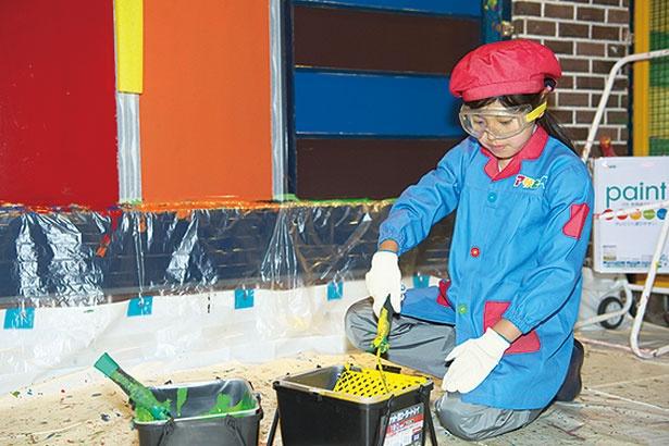 塗装の準備も子供たちが自分で取り組む/キッザニア甲子園