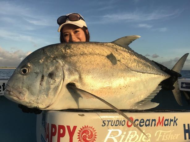 沖縄で釣り人のロマン、GTを釣り上げて喜ぶ女性・岡田万里奈。音楽と釣りの活動を並行するシンガーだ