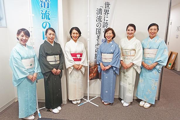 【写真を見る】岐阜県の魅力をPRしに、編集部へ来てくれた「岐阜まんまる女将の会」の皆さん