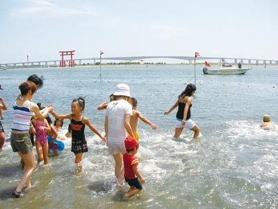 海浜公園の一角なので、休憩所や更衣室などの設備が整っている。海水浴は8月31日(金)まで