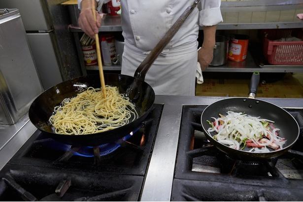 具と極太のスパゲティは別々に炒める