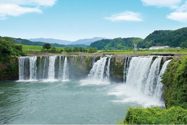 原尻の滝 / 山々から吹き抜ける涼風と、ダイナミックな水しぶきで超クール!夏場は避暑を求め、多くの見物客でにぎわう