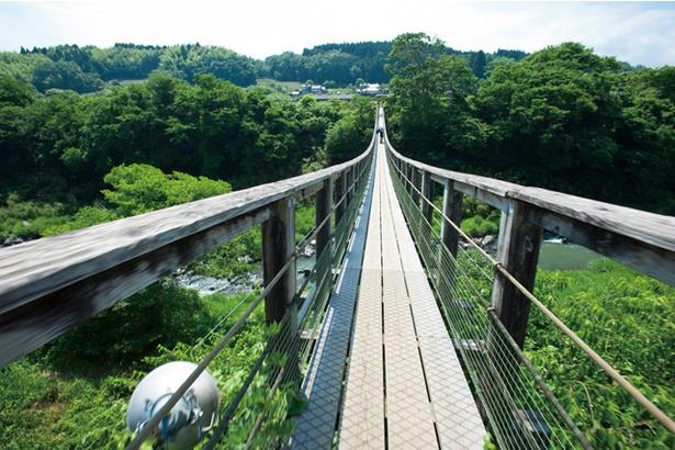 原尻の滝 / 緒方川にかかる「滝見橋」。滝を正面から見られる場所で、カメラ片手に訪れる見物客も多い