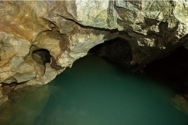 稲積水中鍾乳洞 / 「名残りの池」。洞窟に入り「新生洞」側を進んでいくと、200m地点にある大きな池。天井から水滴が落ち、池に波紋を描く様子が神秘的だ