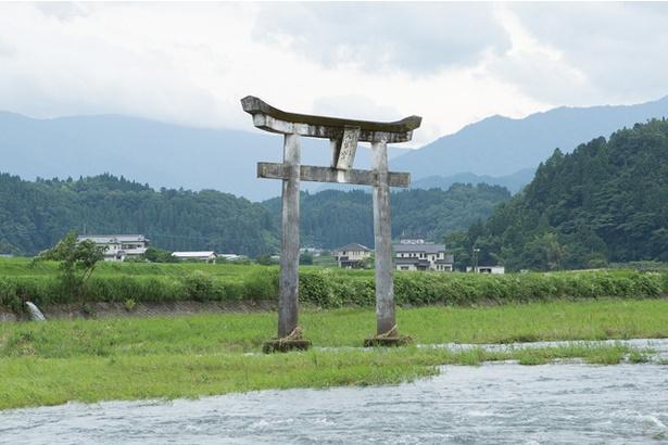 原尻の滝 / 川の上流に建つ鳥居。滝の周辺にある「緒方三社」の一つで、神秘的な雰囲気を醸す