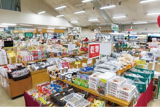 武雄温泉物産館 / 毎日8:30~地元野菜市も行われている