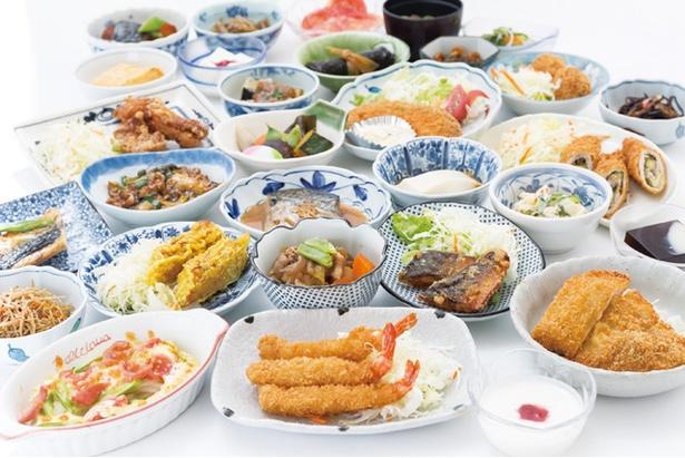 【写真を見る】「武雄温泉物産館」の1階の食事処では、100円から、セルフサービス方式の総菜料理が食べられる。11:30~14:00※売切れ次第終了