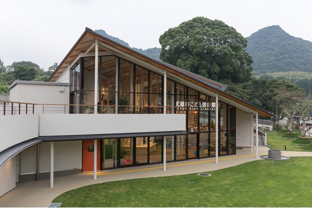 「武雄市図書館・歴史資料館 」の「こども図書館」には九州パンケーキカフェが併設されている