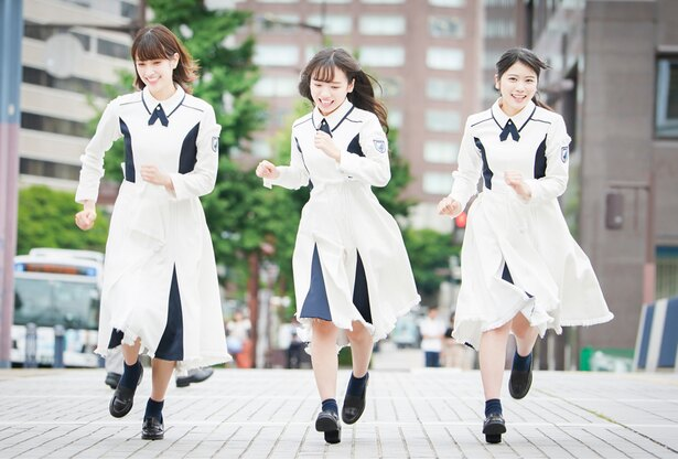 デビューアルバム「走り出す瞬間」をPRする「けやき坂46」の3人