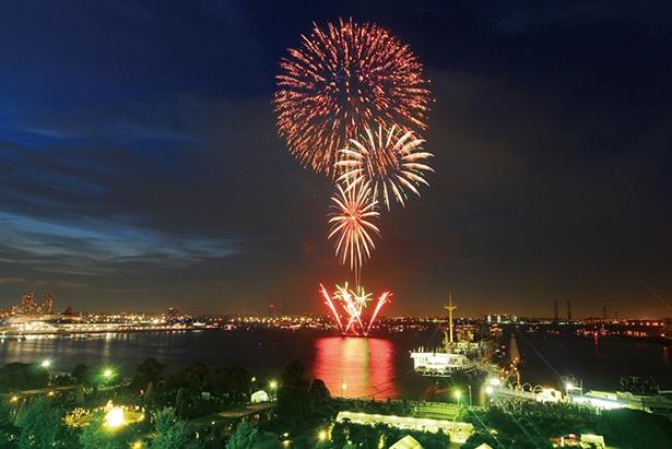 【写真を見る】3000発の大輪の花火が公園海上を彩る