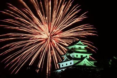唐津城と共に楽しむ2尺玉とナイアガラが見もの