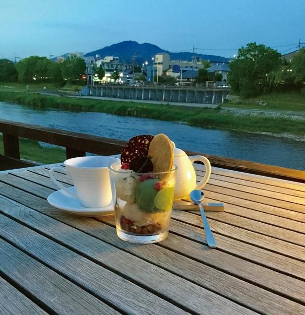床で食べるデザート「トロア グラス」は、自家製アイス3種にショコラクランチグラノーラのほろ苦さとザクザクの食感をプラス/サロン ド ロワイヤル京都本店