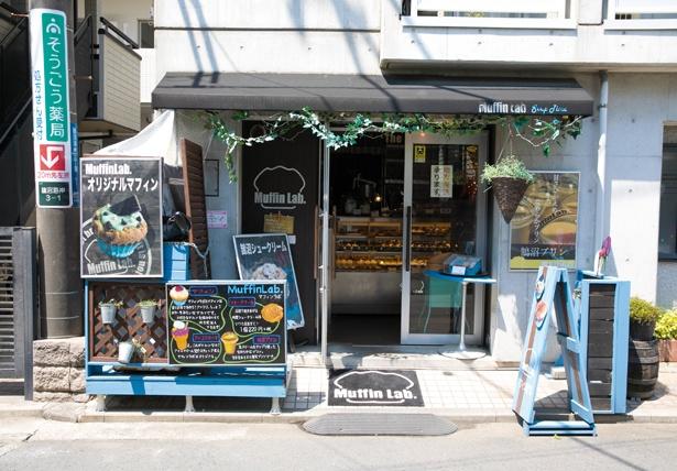 鵠沼海岸商店街のメイン通りから少し入った場所にあり、マフィンやスイーツが描かれた看板が目印