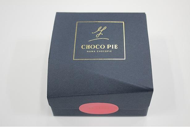 """【写真を見る】""""生""""チョコパイは高級感漂う紙箱に収められている"""