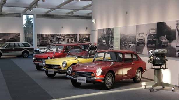 【写真を見る】ホンダコレクションホールにはシビックCVCCをはじめ、ホンダの歴史を彩ったクルマがズラリ