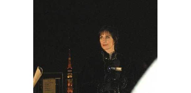 後ろには、ライトアップされた東京タワーが