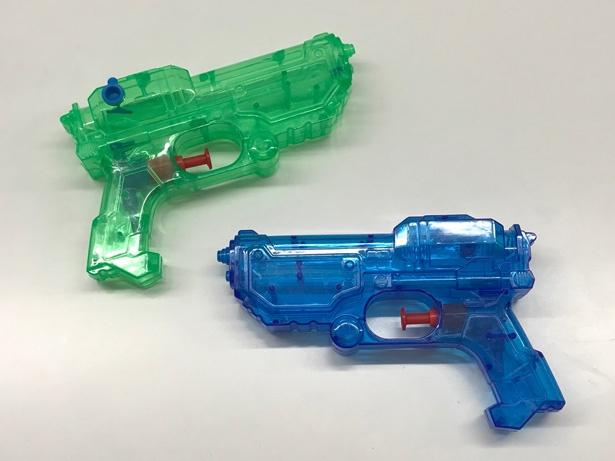 【写真を見る】HiHi Jetsのメンバーが取材時のグラビア撮影で使用した水鉄砲。夏っぽいクールなカラーにかっこよくポージングを決めてくれました