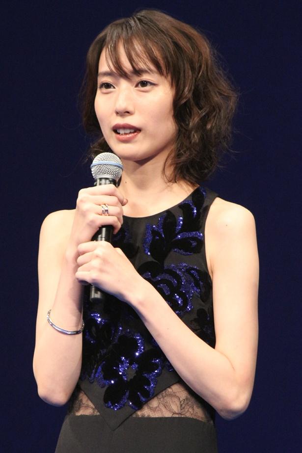 戸田恵梨香のドレスはシックで大人っぽさ◎。レースから透けるウエストがセクシーだ