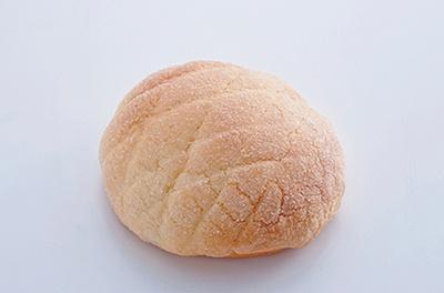 「やおきパン」の「クリームチーズとブルーベリージャム入りのメロンパン」(120円)。クリームチーズとジャム、メロンパンの甘さが調和