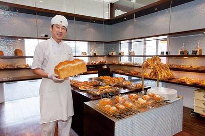「ベーカリーイトセ」は約100種類と品数が多く、パンが多くそろうのは12:00ごろだ。駐車場は約150台(共有)と広く、車での来店もしやすい
