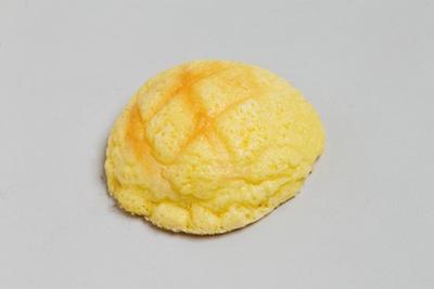「ベーカリーイトセ」の「冷やし生メロン」(162円)。冷やして食べる新感覚のメロンパン。表面はしっとり、中には生クリームが入る