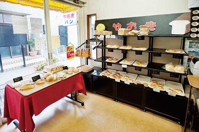 「やおきパン」はJR箱崎駅から徒歩5分。路地に建つ老舗ベーカリーだ