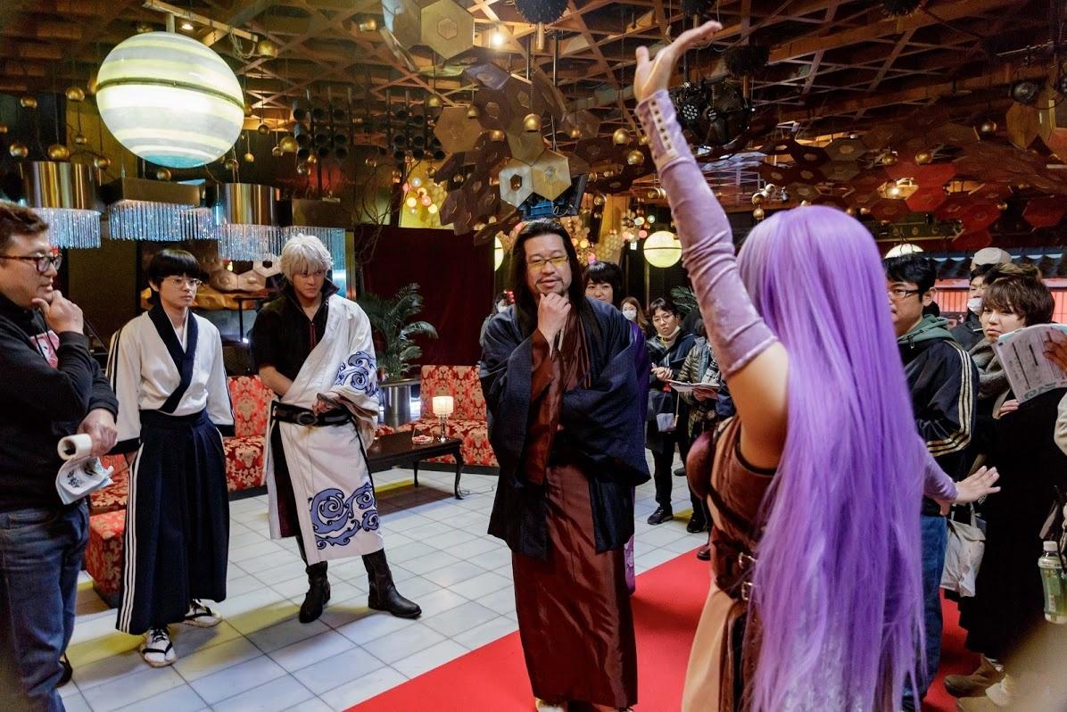 【写真を見る】佐藤二朗(役柄不明)と福田監督のポーズが一緒…撮影現場もわきあいあい!
