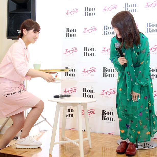 【写真を見る】川栄李奈は「MAISON ABLE Cafe Ron Ron」女性スタッフに「これ制服なんですか? かわいい~」と笑顔に