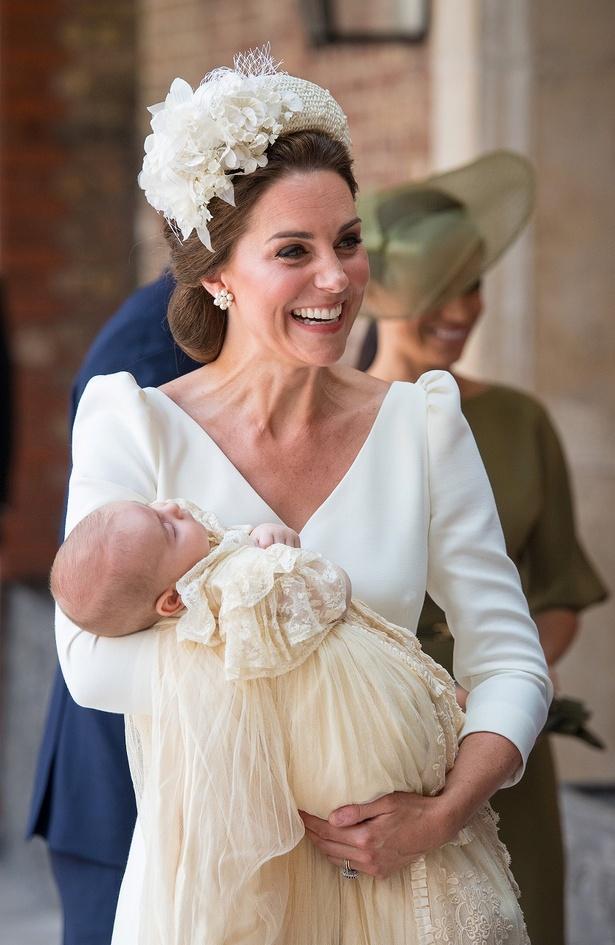 笑顔はじけるキャサリン妃と腕の中で眠るルイ王子