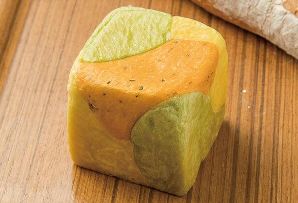 ORTO's Bakery cosses / トマトとホウレン草、カボチャを練り込んだ「キューブパン トロワ」(200円)