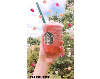 """【写真を見る】真っ青な夏空とピンクのフラペチーノのコントラストで""""映え""""を狙おう"""