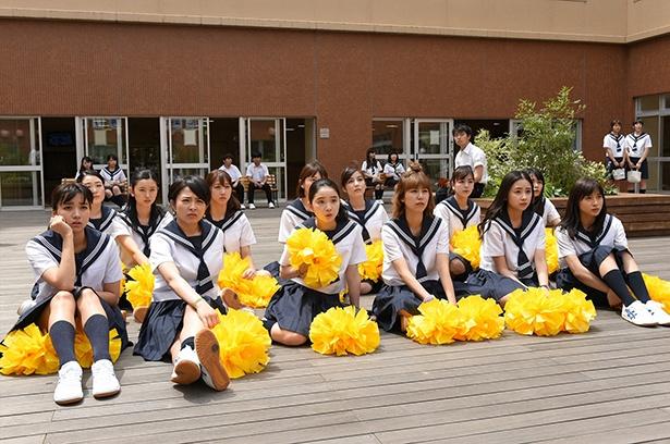 昼休みの中庭、チアダンスの説明を受ける生徒たち