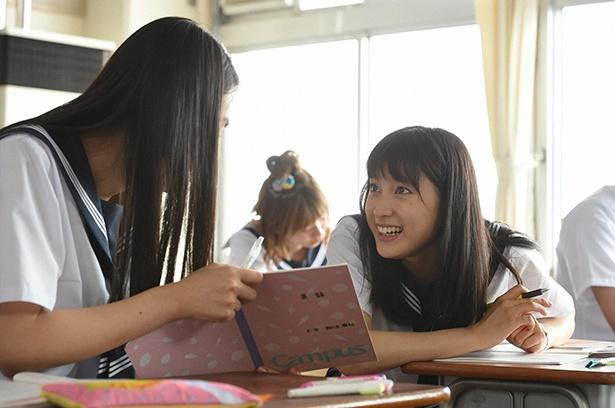 授業中、おしゃべりに夢中な有紀(八木莉可子)とわかば(土屋太鳳)